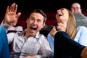 ako rozosmiať ženu, ako ju rozosmiať, humor, vtipná drzosť, smejúci sa pár v kine, rehot v kine, dvojica sa smeje ako rozosmiať ženu 4 perfektné spôsoby, ako rozosmeješ svoju vyvolenú bigstock Couple and other people proba 32802377 300x200