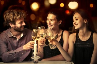 muž pije so ženami vino - pravidlo piatich  ako zvýšiť svoju hodnotu [2/10] Ako zvýšiť svoju hodnotu? | 10 krokov do vzťahu mu   pije so   enami vino 312 x 208