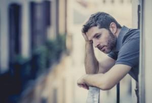 mentoring Chceš ďalej zbytočne trpieť tým, že budeš váhať, alebo si konečne povieš DOSŤ a spravíš to, čo musíš? rozmyslajuci muz na balkone trapi sa 600 x 405 300x203