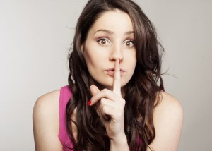 žena mlčí, prst na ústach (600 x 427) chyby a nedostatky [1/10] Upozorňuješ na svoje chyby a nedostatky? 10 znižovačov hodnoty   ena ml     prst na   stach 600 x 427
