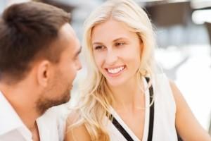 žena-rozpráva-pár-sa-rozpráva-na-rande