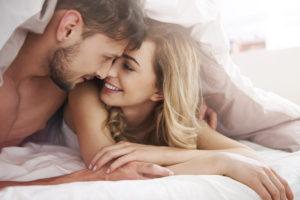 pár v posteli, chyby pri sexe, usmiata žena chyby pri sexe Tieto chyby pri sexe (Afterparty) ťa môžu pripraviť o ďalší sex AdobeStock 79627158 300x200