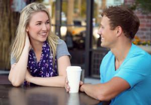 ako zabavit ženu, Ako zabaviť ženu, ako zaujať ženu, ako rozosmiať ženu ako sa žien dotýkať [8/10] Ako sa žien dotýkať, flirtovať s nimi a zvádzať ich? | 10 krokov do vzťahu bigstock Young couple on a coffee date 60202580 e1442244128993 300x209