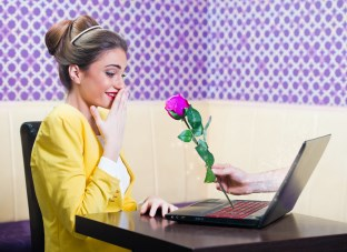 online zoznamovanie, sociálne siete, muž posiela žene ružu (312 x 227) strach z oslovenia [4/10] Ako prekonáš svoj strach z oslovenia a jednoducho sa zoznámiš? | 10 krokov do vzťahu online zoznamovanie soci  lne siete mu   posiela   ene ru  u 312 x 227