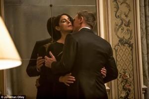 James Bond drozsť, drzý James Bond vtipná drzosť 6 Majstrov Vtipnej Drzosti, od ktorých sa vieš hneď začať učiť 2CA3B83600000578 3284223 Ladies man James Bond is known for his charm and it looks to hav a 6 1445548964286 300x200