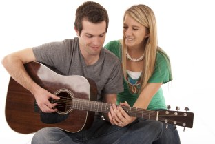 pár hrá na gitare, chlap učí hrať na gitare babu (312 x 209) príbeh úspechu SÚŤAŽ: Vyhlásenie víťazov! Prečítaj si Príbeh úspechu 3 chlapov, ktorí to dokázali p  r hr   na gitare chlap u     hra   na gitare babu 312 x 209