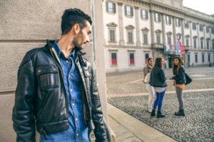 žiarlivý chlap muž stalking  žiarlivý muž [4/10] Si žiarlivý muž? | 10 znižovačov hodnoty AdobeStock 92285098