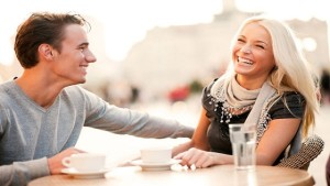 Ako ju rozosmiať, vtipná drzosť, smiech ženy prvé rande 6 možností, ako zabiť trápne ticho a zachrániť prvé rande laughing couple on date