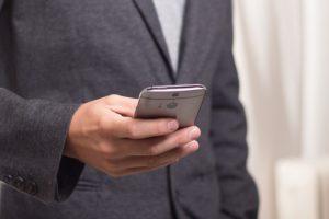 muž telefón volá  tlačíš na pílu [3/10] Tlačíš na pílu? | 10 znižovačov hodnoty telephone 586268 640 300x200