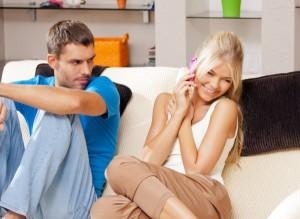 žena telefonuje a muž na ňu pozerá (600 x 437) mýtov o vzťahoch 7 NAJVÄČŠÍCH mýtov o vzťahoch   ena telefonuje a mu   na   u pozer   600 x 437 300x219