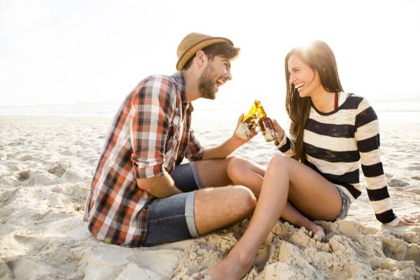 rande na pláži, muž sa žena, šťastie, dobrá nálada, zručnosť zručnosť 15 nečakaných zručností, ktoré ju dostanú do kolien rande na pl    i mu   sa   ena     astie dobr   n  lada 600 x 400