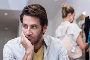 smutný muž, žena sa nezaujíma (600 x 400) mýtov o vzťahoch 7 NAJVÄČŠÍCH mýtov o vzťahoch smutn   mu     ena sa nezauj  ma 600 x 400 300x200