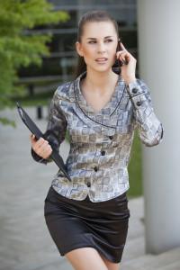 žena telefonuje, ponáhľa sa valentín 3 veci, ktoré musíš vedieť ešte pred valentínskym zoznámením Dollarphotoclub 23856227 200x300