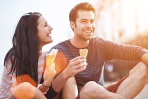rozprávanie príbehov ako byť príťažlivý Ako byť príťažlivý – 7 spôsobov ako budeš charizmatickejší a úžasnejší chlap bigstock romantic couple eating ice cre 52119334 e1454550446558 300x200