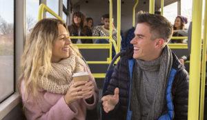 pár v buse ako sa začať zoznamovať [3/10] Ako sa začať zoznamovať so ženami | 10 rýchlych tipov z praxe couple bus 300x174