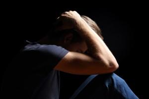 smutný muž, trápenie, depresia (600 x 400) rozchod Prečo trápime sami seba? Sme obeťami rozchodov alebo vlastných myšlienok? (2. časť) smutn   mu   tr  penie depresia 600 x 400