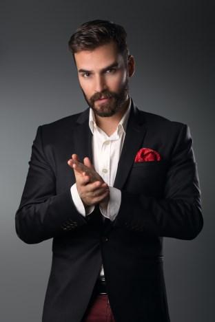 štýlový muž v saku, vreckovka červená, sako, oblečenie (312 x 468) rande Čo na seba na prvom rande?   t  lov   mu   v saku vreckovka   erven   sako oble  enie 312 x 468