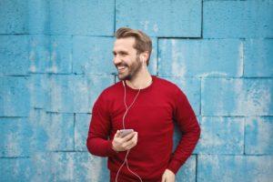 ako ovládnuť svoje myšlienky [6/10] Ako ovládnuť svoje myšlienky | 10 rýchlych tipov z praxe muz hudba pocuvanie usmev 300x200