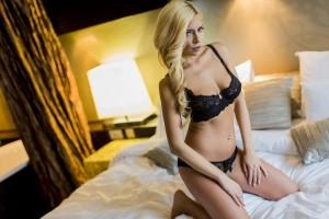 sexi žena na posteli, predohra, najlepšie polohy, sexuálne polohy, ženský orgazmus najlepšie polohy 3 najlepšie polohy, s ktorými vydržíš pri sexe oveľa dlhšie sexi   ena na posteli predohra 600 x 400