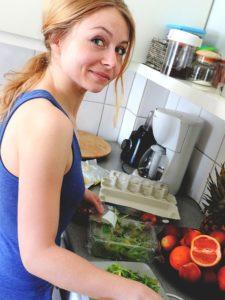 žena varí, komplimenty sebavedomie Ultimátny návod: Ako si nájdeš frajerku a nebudeš sám making food 982410 640