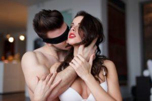 sex, muž a žena v posteli, predohra, ako sa dotýkať ženy, sexuálne obrazy Sexuálne obrazy: Ako byť potenciálny milenec od prvého zoznámenia sex mu   a   ena v posteli predohra ako sa dot  ka     eny 300x200