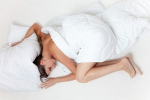 žena pod perinou  chyby pri sexe Aj tieto chyby pri sexe môžu zapríčiniť, že sa už viac neozve bed 945881 640 300x200