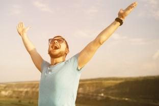 šťastný muž_užíva si života (312 x 208) myšlienky Prečo trápime sami seba? Sme obeťami rozchodov alebo vlastných myšlienok? (1. časť)     astn   mu   u    va si   ivota 312 x 208