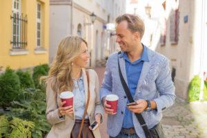 Man and woman having a fun conversation miesto stretnutia [Pýtaj sa Michala] Ako sa (ne)dohadovať na mieste stretnutia AdobeStock 96020578 300x200