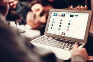 systém okamžitého stretnutia 3 jednoduché kroky k tomu, aby sa s tebou chcela okamžite stretnúť online balenie zoznamovanie internet 300x200