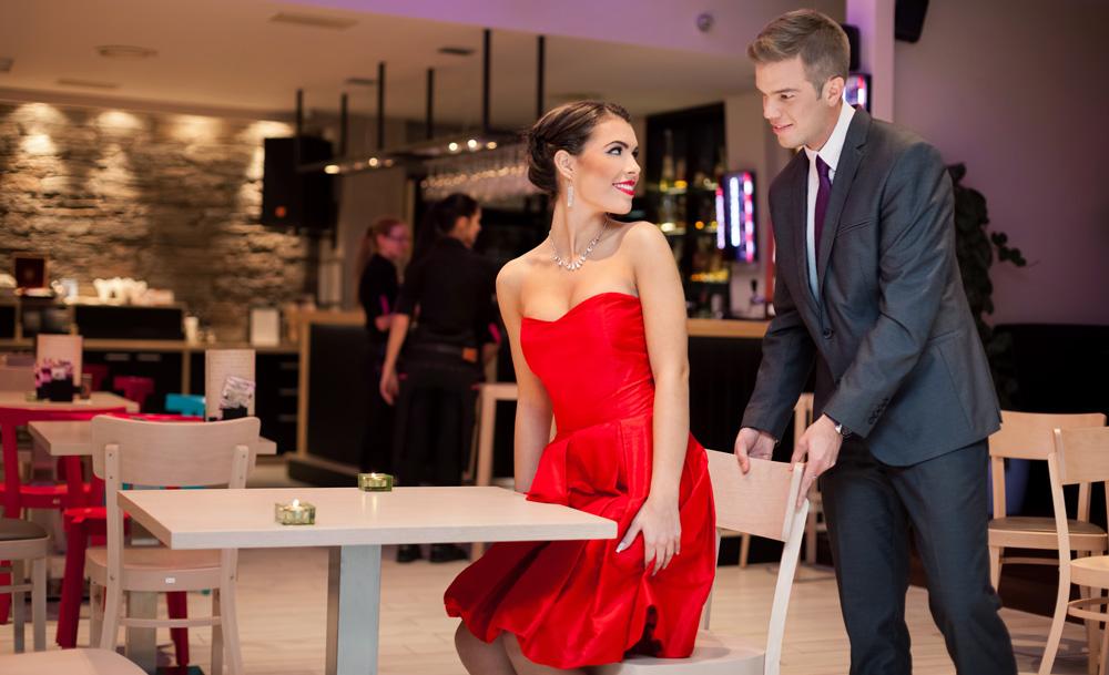 getleman, džentlmen, gavalier, odsúva stoličku žene zručnosť 15 nečakaných zručností, ktoré ju dostanú do kolien getleman d  entlmen gavalier ods  va stoli  ku   ene