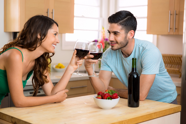 jazyk lásky 5 jazykov LÁSKY, ktorý máš TY? par popija vino pozeraju sa jeden druhemu do oci jahody vino romantika