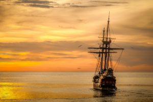 andrej mažáry Ako žiť svoj život tak, aby si na smrteľnej posteli nič neľutoval lod plachetnica more zapad slnka 300x200